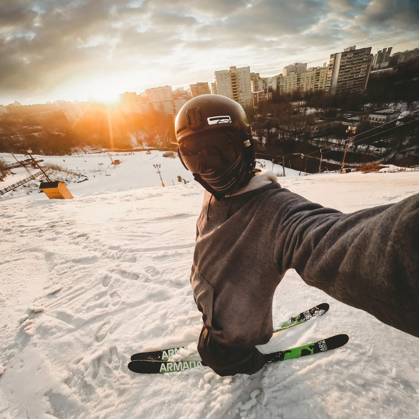 Sonne Schnee und der richtige Skihelm